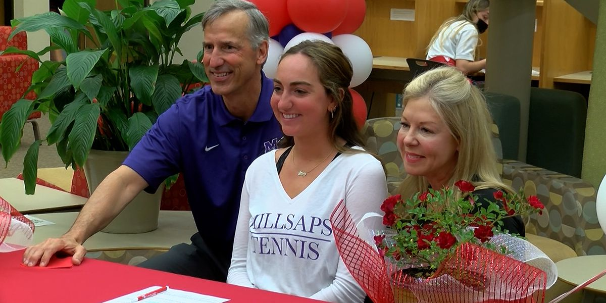 Mary Labadie signs with Millsaps College