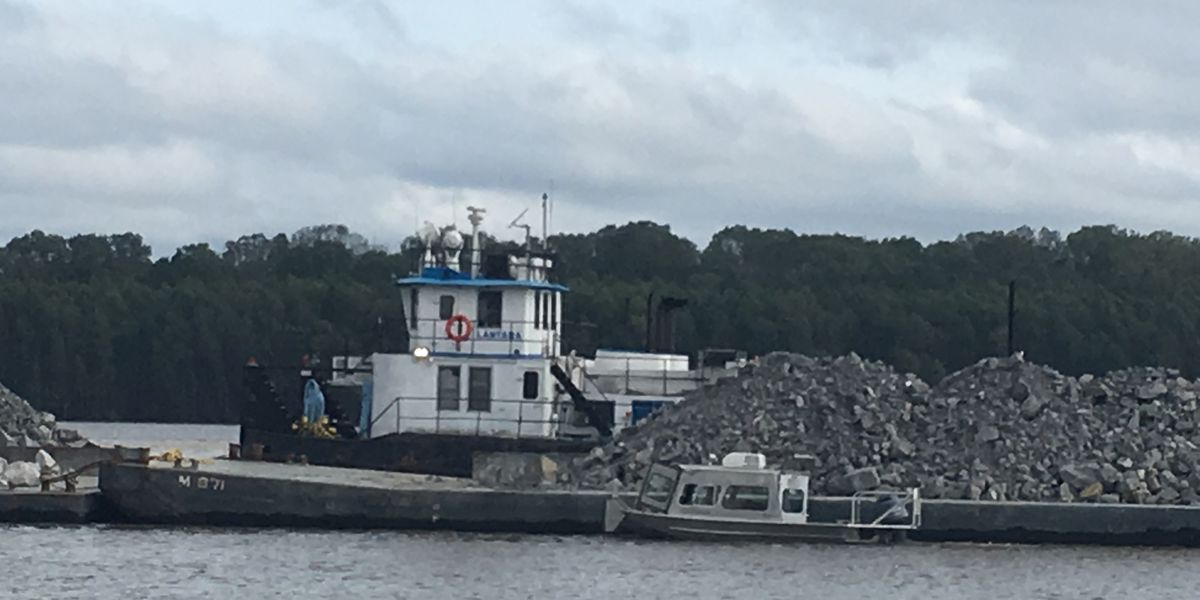 Search underway for deckhand who fell off boat into Mississippi River