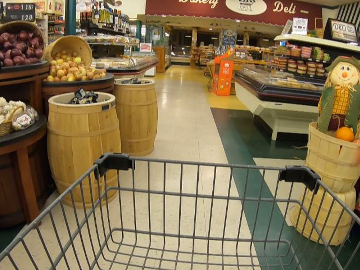 Shoppers make last-minute rush to the grocery store before Thanksgiving