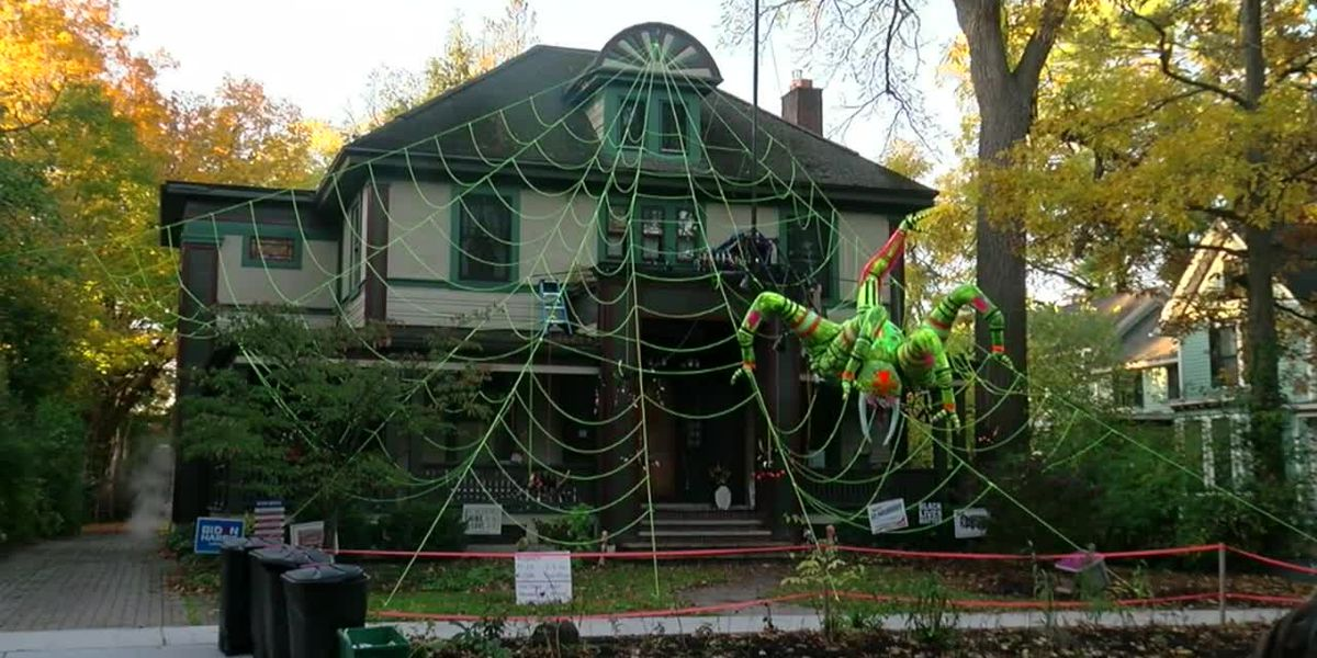 RAW: Giant, green spider animatronic climbs down front of NY house