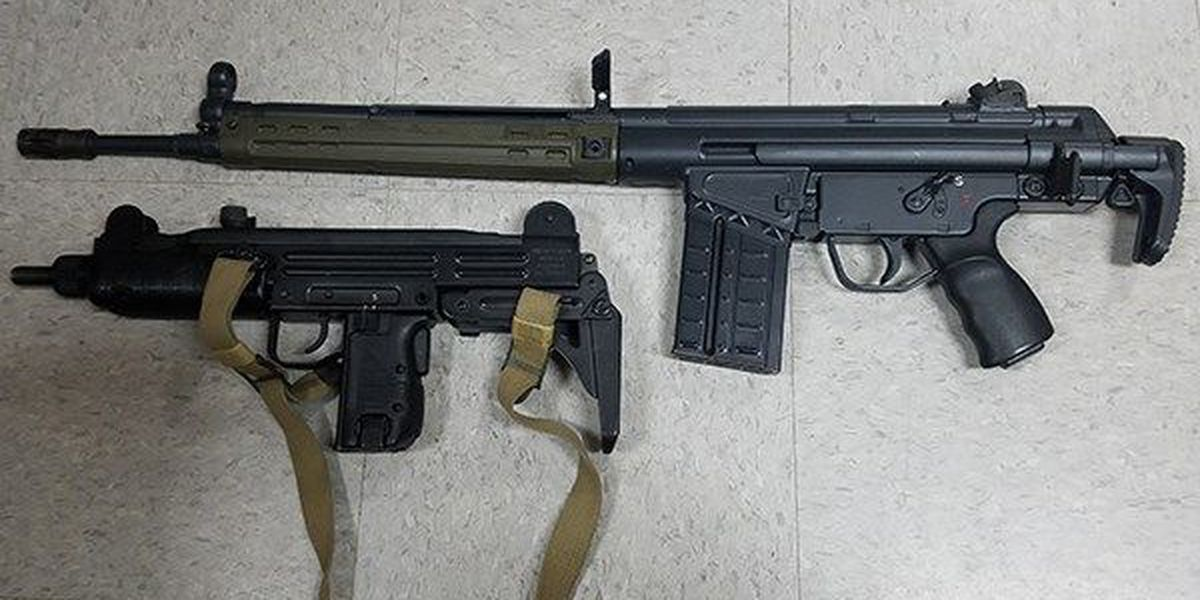 Convicted felon charged after attempting to sell stolen guns to police