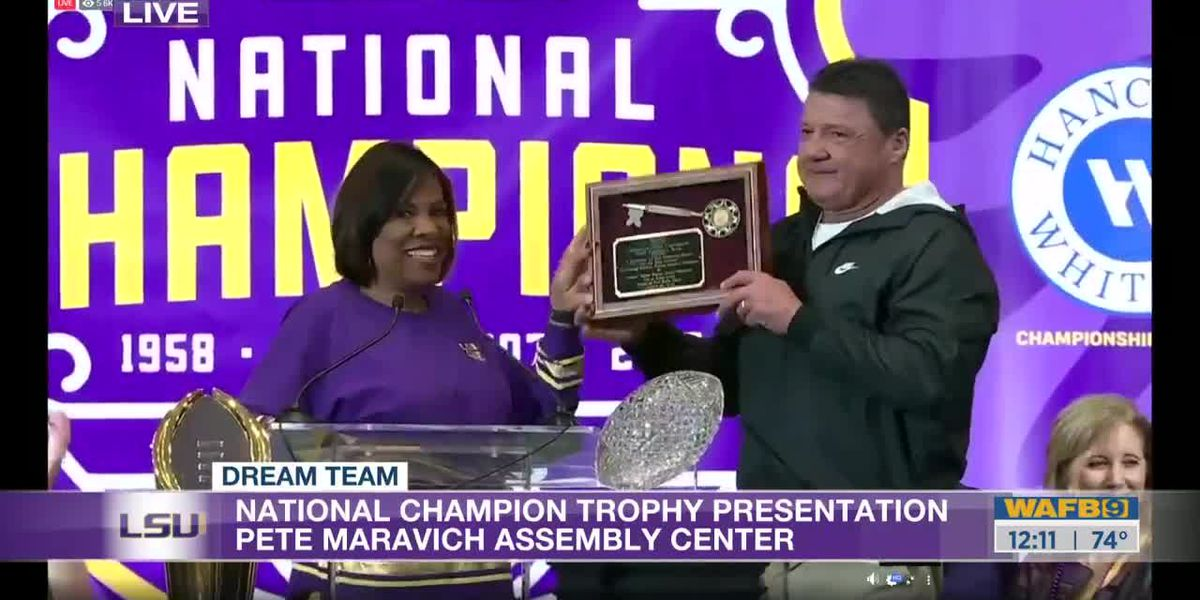 Mayor Broome presents Tigers with key to the city
